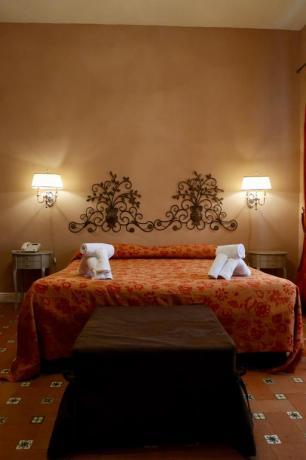 Camera matrimoniale con set asciugamani e telefono