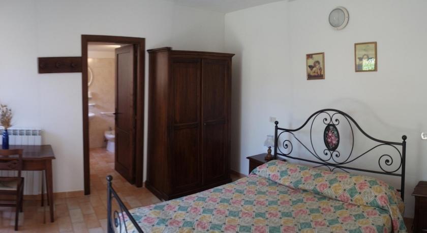 Camera con letto ferro battuto con bagno