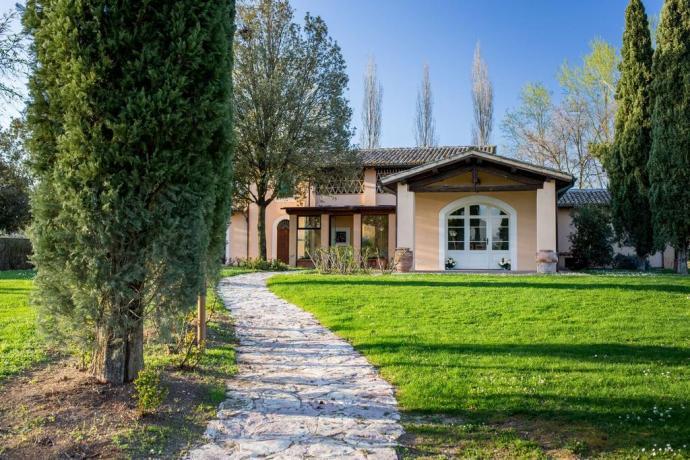 Agriturismo con piscina, ampio giardino, camere con bagno indipendenti, ristorante e pizzeria a Montefalco.