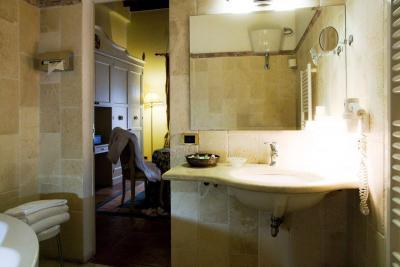 Elegante bagno in camera con biancheria compresa