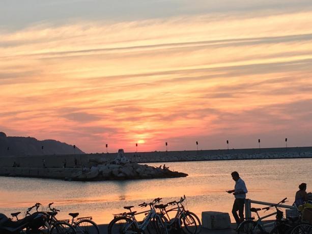 Passeggiata al tramonto sul lungomare di Pesaro