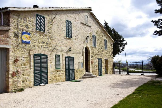 Casale per Vacanza a Gualdo Cattaneo, vicino Foligno, ad uso esclusivo con prima colazione e tre camere, ideale per famiglie