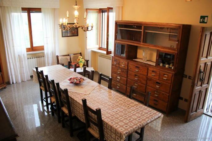 Salone con grande tavolo, anche per gruppi