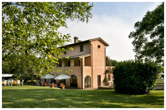 Country House con tavoli in cortile