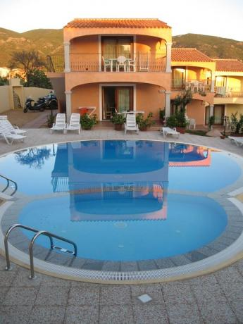 piscina per bambini con area giochi a badesi