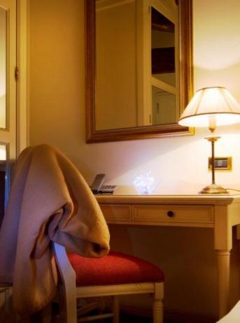 Scrivania e telefono in camera
