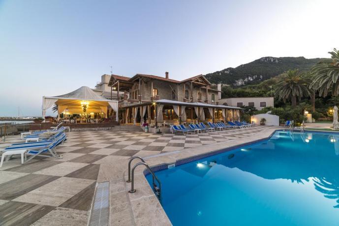 Hotel sul mare con piscina esterna e solarium