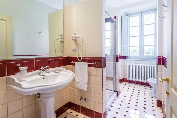 Spazioso bagno in camera vicino Gualdo