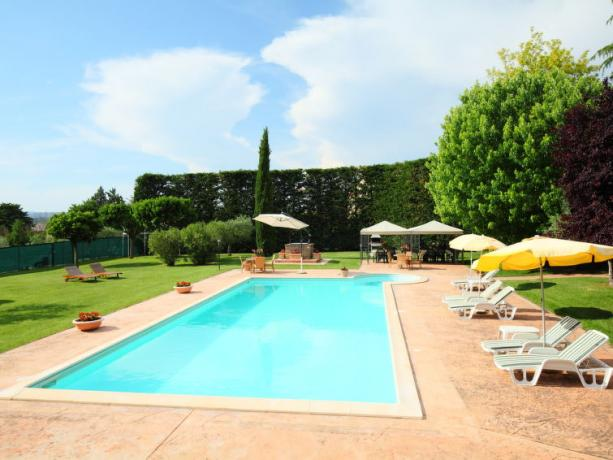 Piscina con Solarium in Umbria