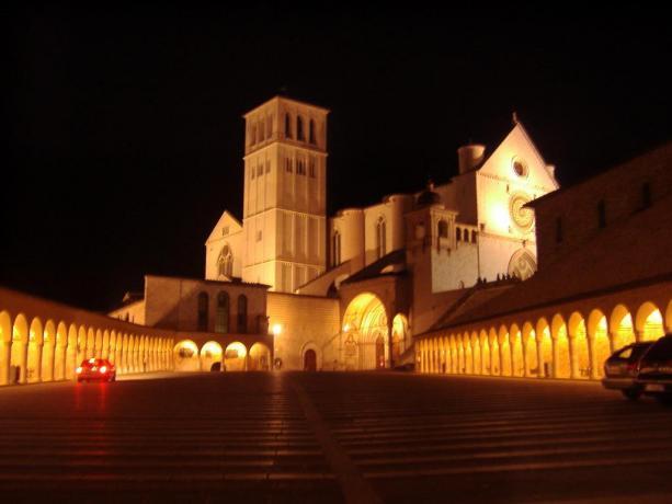 Basilica San Francesco di Assisi, vista di notte