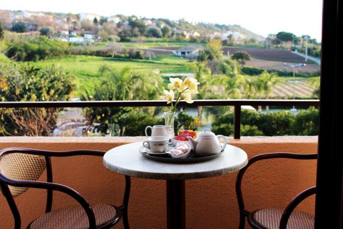 Colazione in terrazza con vista mare in Calabria