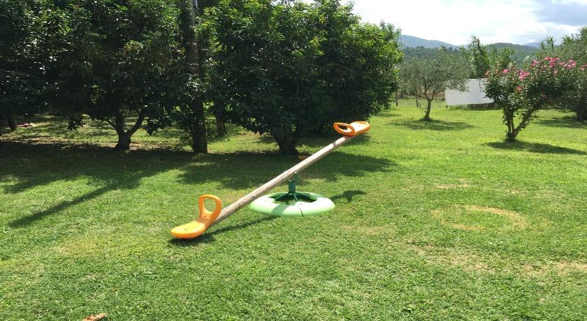 Parco giochi con giardino