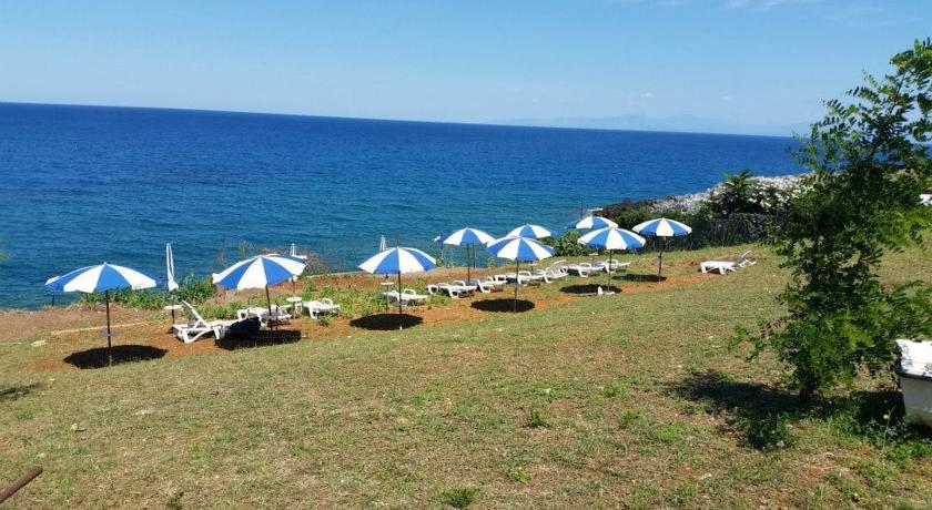 Spiaggia con sassi a Cirella