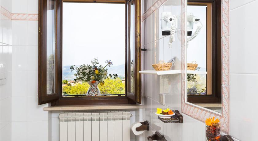 Bagno privato in camera con finestra