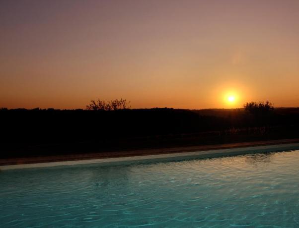 Piscina con tramonto a Castiglione del Lago