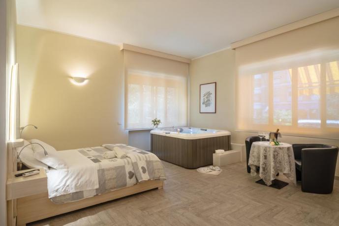 Suite con Smart tv e Jacuzzi fronte letto