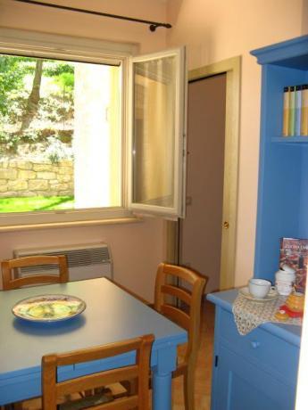 Soggiorno con Tavolo e cucina appartamenti Umbria