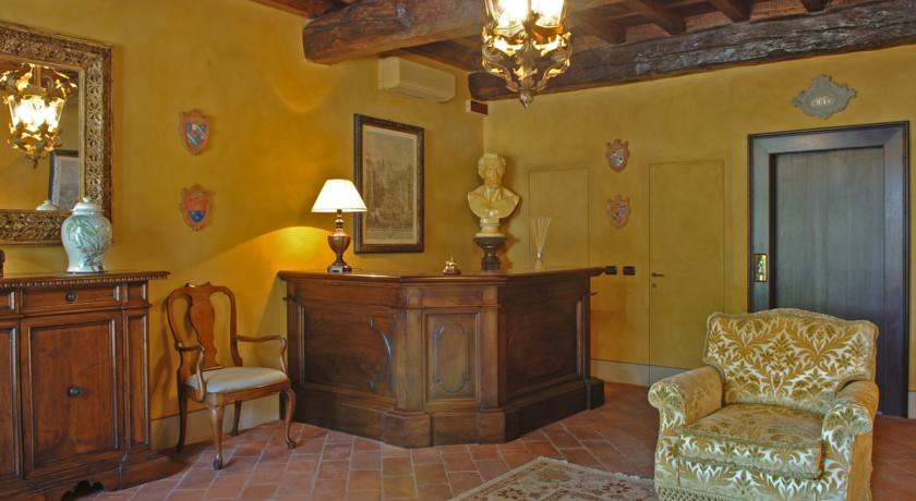 Reception mobili d'epoca e travi in legno