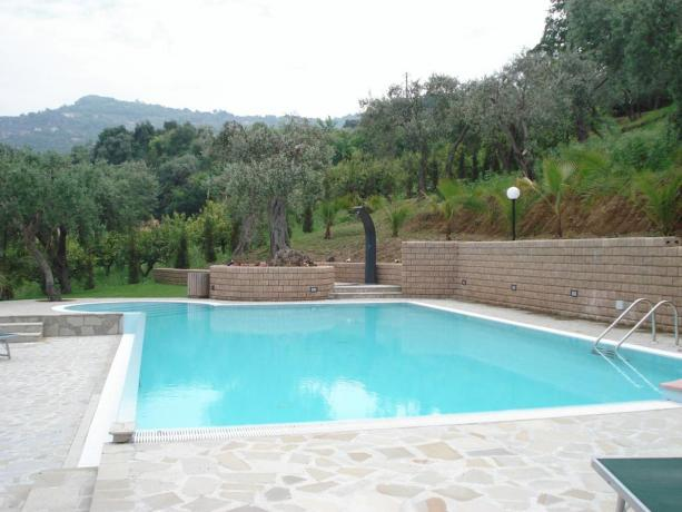 Relax in piscina esterna B&B Eolie