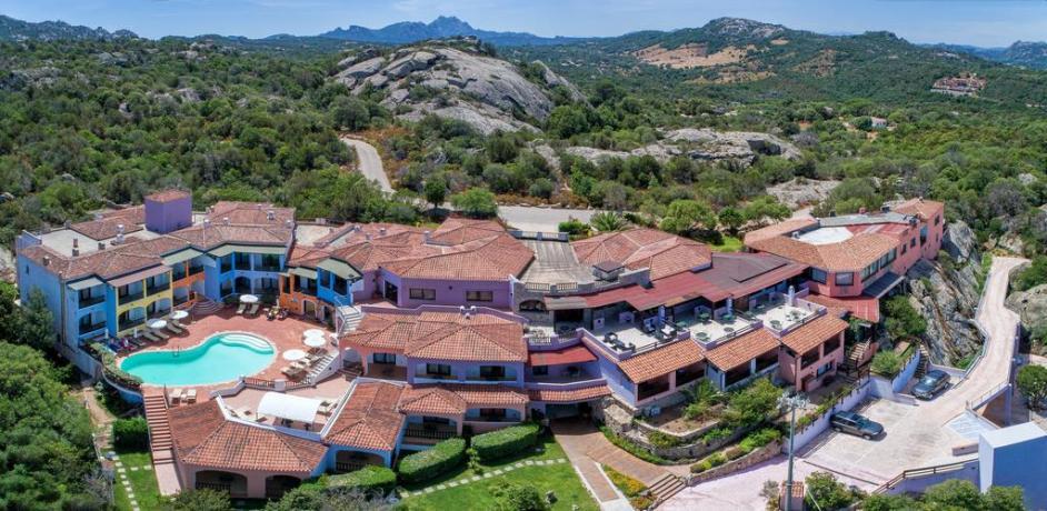 vista dall'alto hotel con piscina a baia sardinia