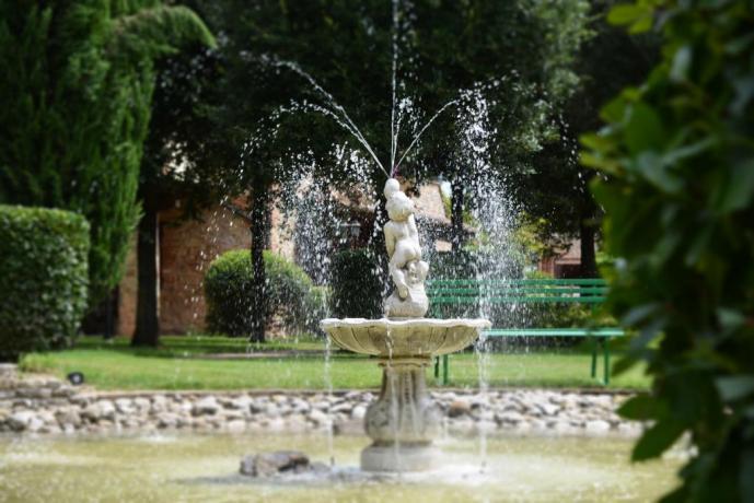 Cortile Esterno con Fontana La Tenuta