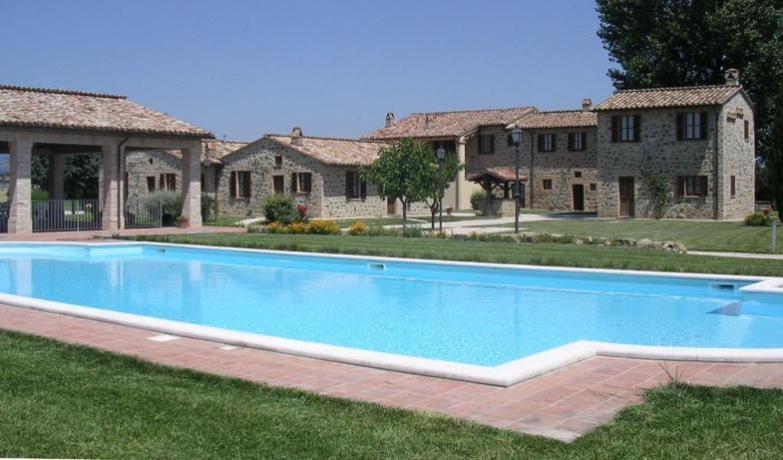 Appartamenti Vacanza in Umbria con Cucina e Piscina - Casali Frontone