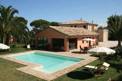 Case vacanza con piscina a civitanova marche mc alberghi b b agriturismi vicino al mare di - Progetti ville con piscina ...