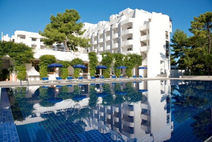 Struttura esterna albergo a Vieste con piscina