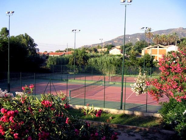 Villaggio con campo da tennis