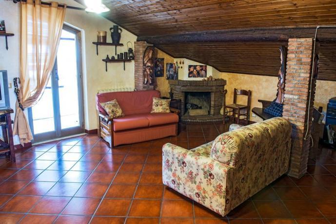Appartamento in B&B con soggiorno camino e divano