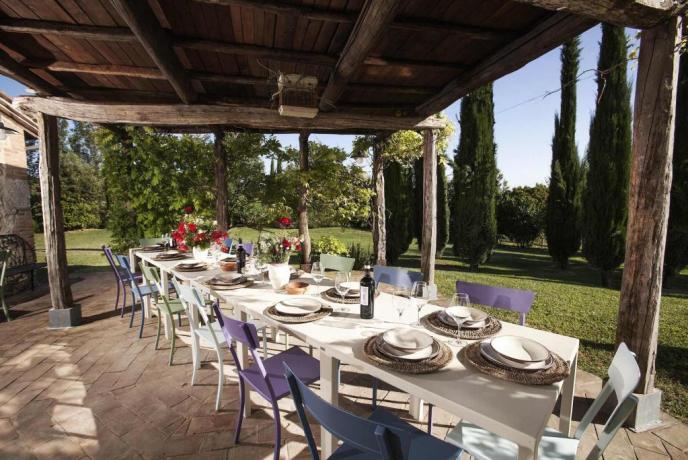 Veranda arredata per Pranzo e Cena in Toscana