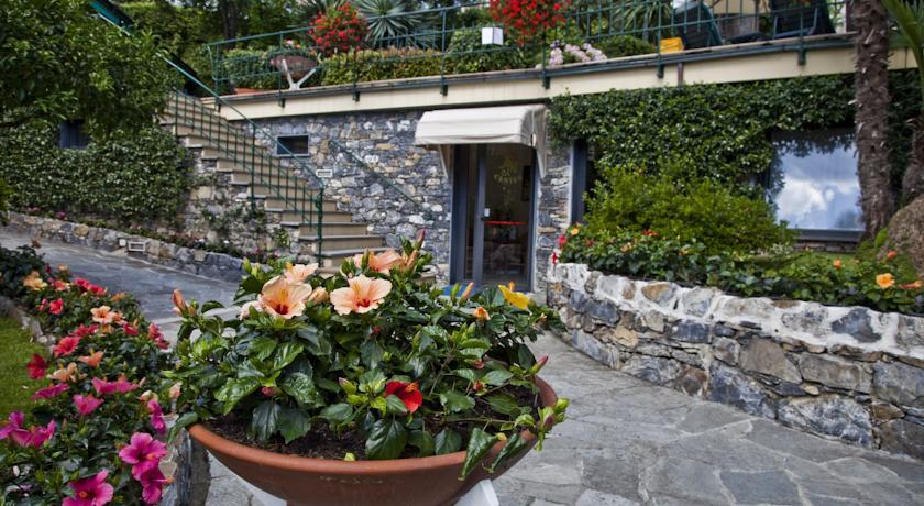 ingresso dell'albergo a genova