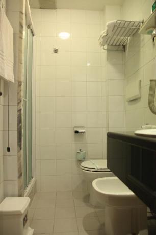 Camere con bagno con box doccia a SanBenedetto