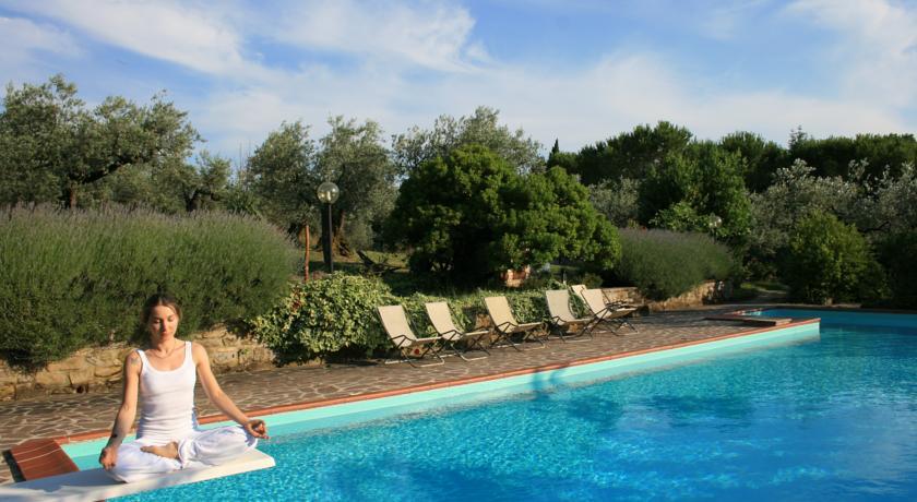 Yoga sul trampolino della piscina