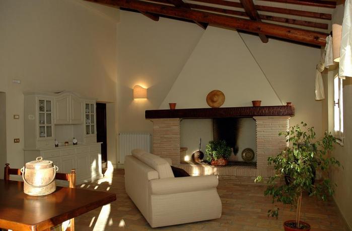 Appartamenti in Umbria con salotto e camino