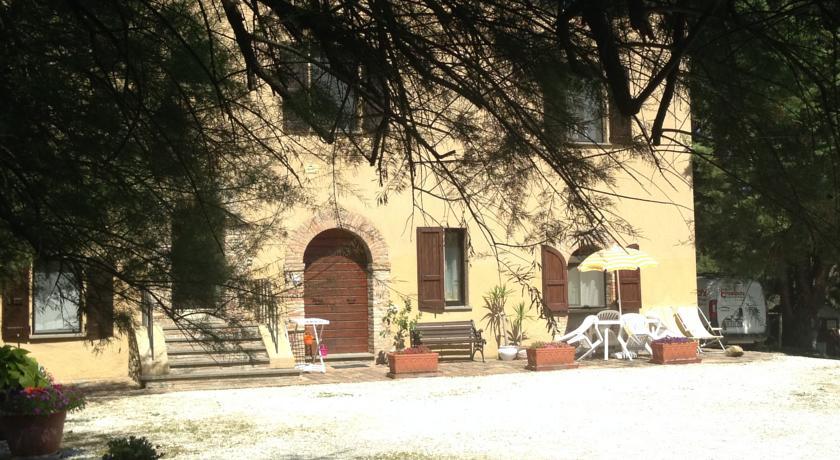 Vista panoramica del casale con Piscina a Gubbio