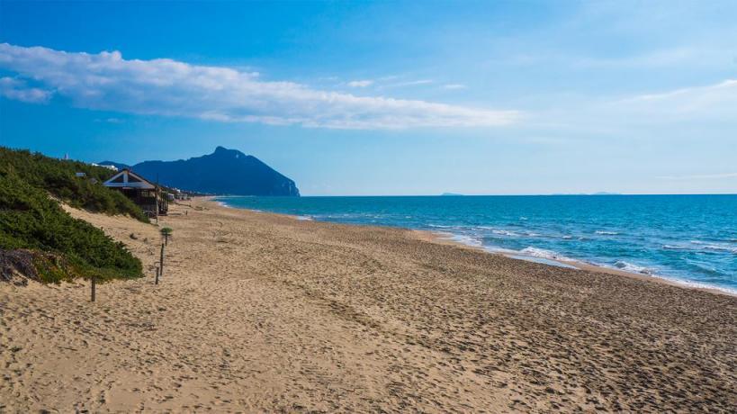 spiaggia di sabbia dorata Hotel Parco Circeo.