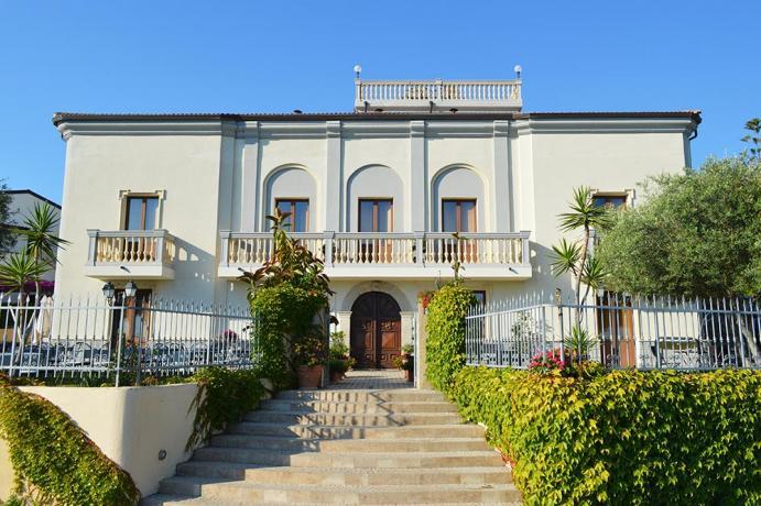 Ingresso Hotel Relais di Charme vista isola Cirella