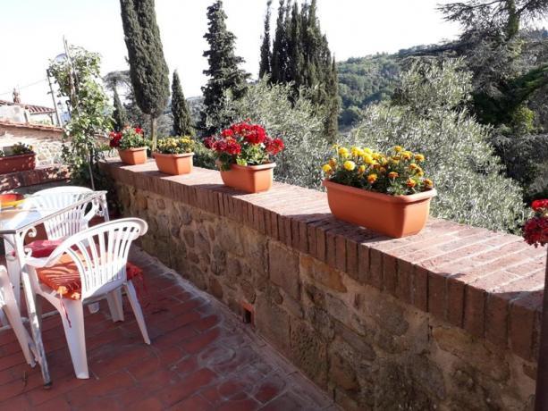 Terrazza panoramica a Collodi con tavolo e sedie