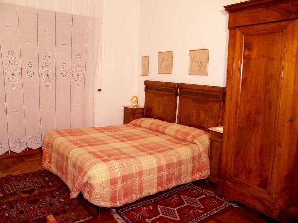 Camera matrimoniale con armadio affittacamere nel Lazio