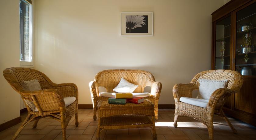 soggiorno con ampio divano