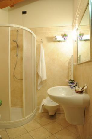 Ampia doccia in bagno privato