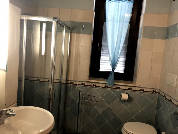 Bagno con Doccia e Finestra Appartamento-Vacanza-Spello