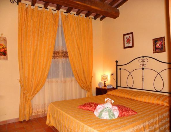Camera matrimoniale a Gubbio in Agriturismo con Fattoria