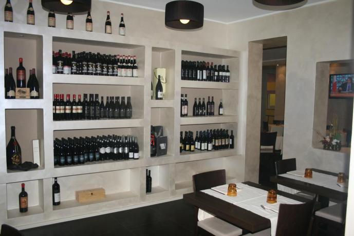 Ristorante e bottiglie di vino albergo dell'Aquila