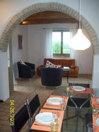 Ingresso zona soggiorno adiacente alla cucina