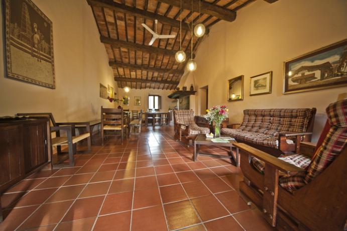 Immerso nel verde, tra Todi e Perugia, offriamo 9 camere con bagno privato, Ristorante ed Escursioni.