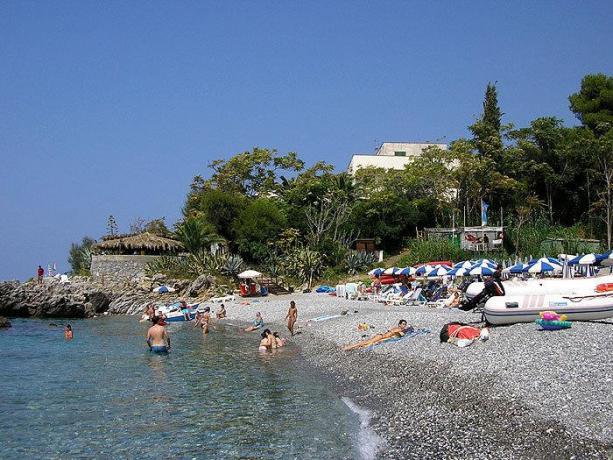Villaggio a Dimante con Spiaggia e scogli