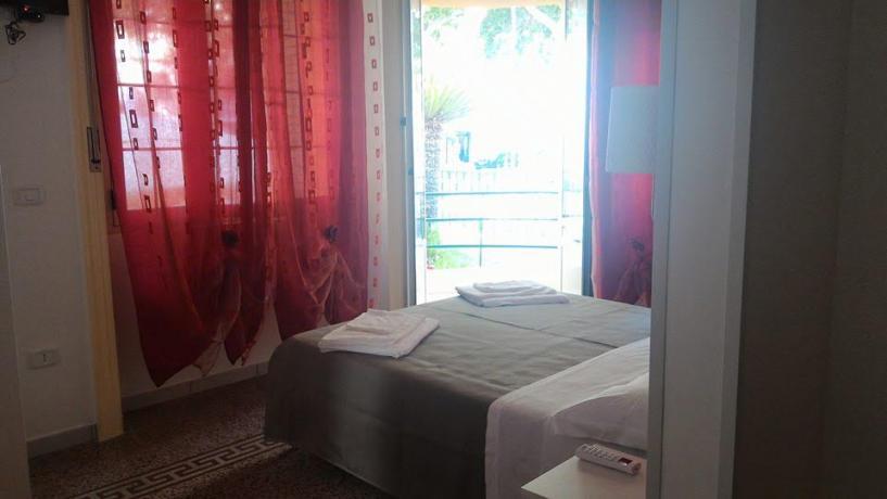 Camera con balcone vista mare e giardino