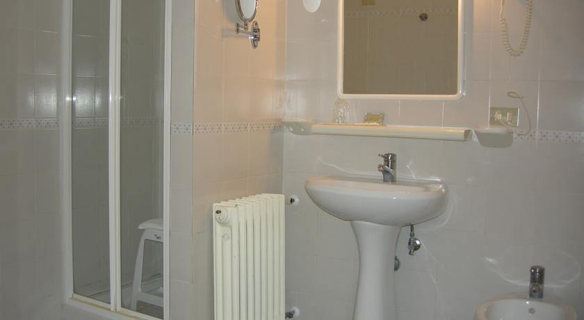 Bagno con doccia in Hotel sul Gran Sasso